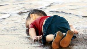 niño muerto en playa